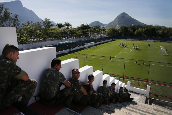 Des forces de sécurité surveillent l'entraînement de l'équipe des Pays-Bas, dimanche 8 juin à Rio de Janeiro.