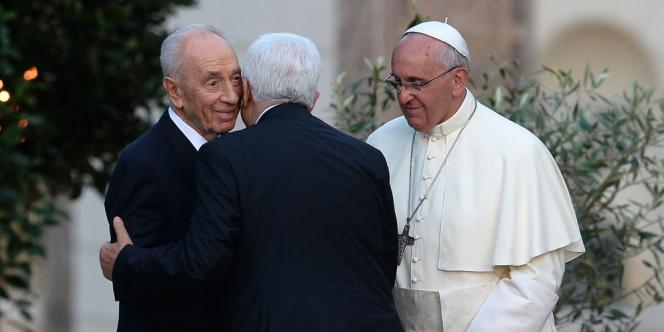 Le pape François et les deux présidents Shimon Peres et Mahmoud Abbas ont entamé dimanche soir leur « invocation pour la paix » au Proche-Orient.