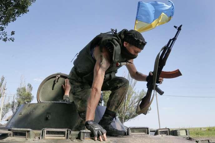 Des soldats ukrainiens, durant des affrontements avec les séparatistes prorusses, le 5 juin.