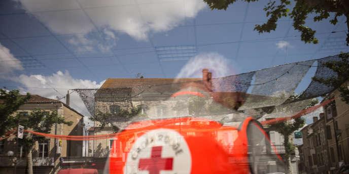 Une fois par mois, l'Žéquipe de la Croix Rouge, s'installe dans une salle mise àˆ disposition par la mairie de Vic-Fezensac (Gers) et distribue des colis alimentaires.