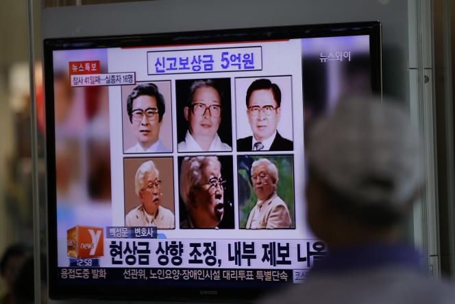 Avis de recherche de M. Yoo Byung-eun et de ses fils diffusé dans le métro, à Séoul, enmai2014.