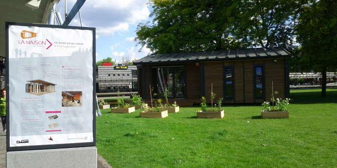 Un modèle de « maison qui déménage », habitation démontable en bois, est exposé au Jardin du Dragon dans le parc de La Villette à Paris jusqu'au 19 juillet 2014.