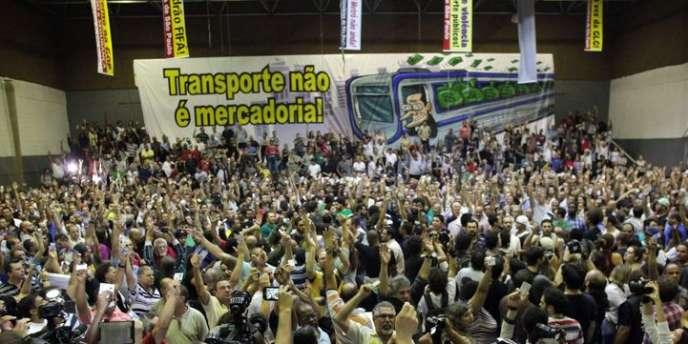 Les employés du métro de la mégapole brésilienne exigent la réintégration de 42 de leurs collègues licenciés début juin par la direction.