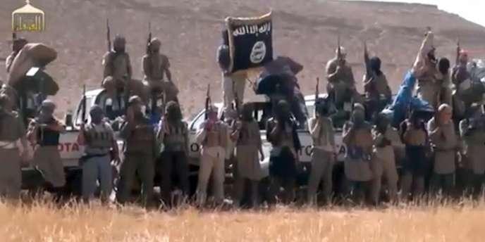 Capture écran d'une vidéo montrant un groupe djiadhiste affilié à l'Etat islamisque.
