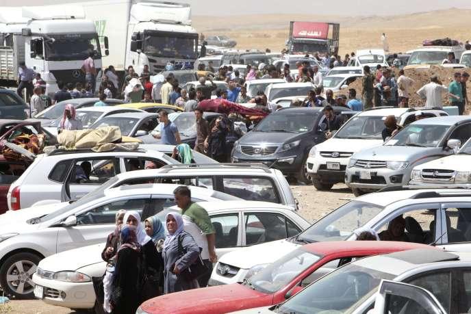 Les habitants ayant fui Mossoul attendent aux portes d'Erbil, mardi 10 juin.