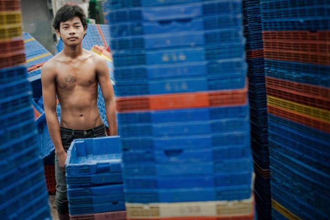 Des défenseurs des droits humains estiment que des milliers de Birmans et de Cambodgiens employés dans l'industrie de la pêche thaïlandaise sont victimes d'un trafic qui confine à l'esclavage.