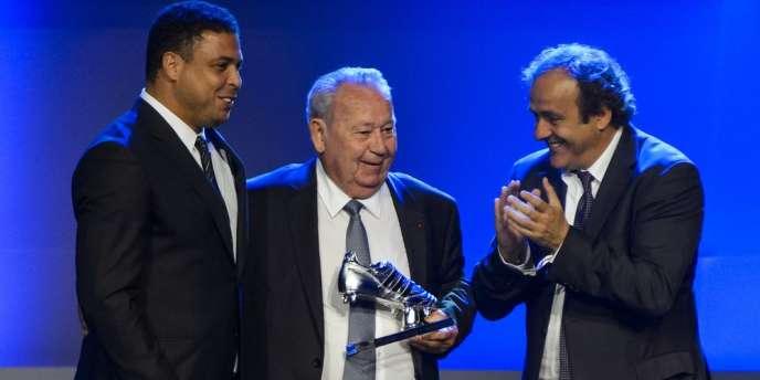 L'ancienne gloire de l'équipe de France, ici entre Ronaldo et Michel Platini, est toujours le détenteur du record de buts marqués en une seule Coupe du monde.