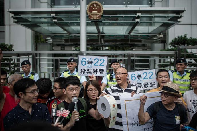 Des manifestants devant le siège de la représentation officielle de Pékin, à Hongkong, le 11 juin.