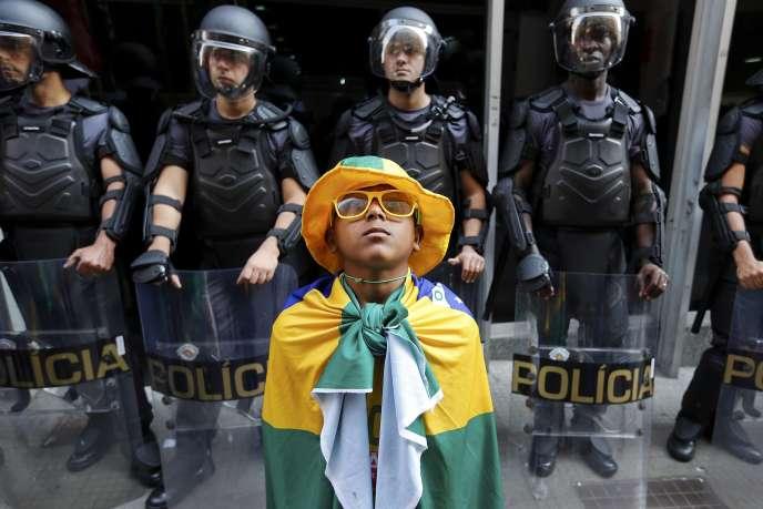 Un enfant portant le drapeau brésilien à Sao Paulo durant les grèves du métro, le 9 juin.