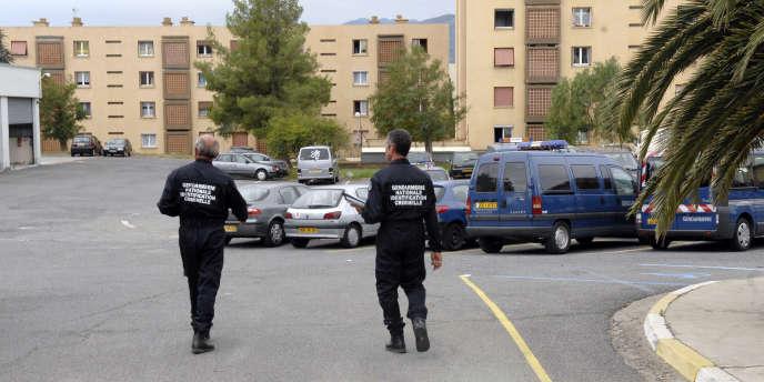 Des gendarmes dans l'enceinte de la caserne Montesoro, après une attaque au lance-roquette, en septembre 2007.