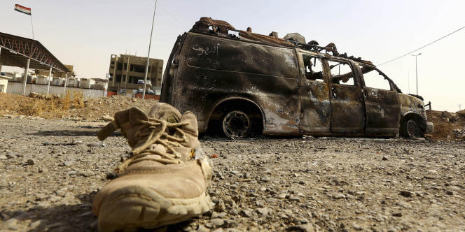 Un véhicule des forces de sécurité irakiennes a été incendié par les combattants de l'Etat islamique en Irak et au Levant, à Mossoul, le 11 juin.