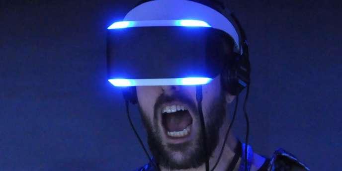 Un joueur essaye le casque de réalité virtuelle de Sony (appelé