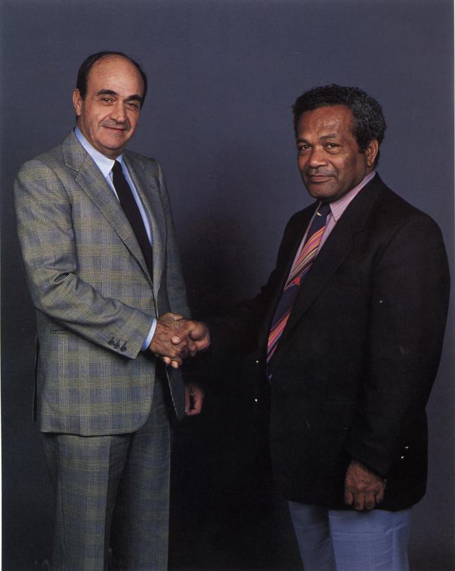 Jean-Marie Tjibaou et Jacques Lafleur scellant les accords de Matignon, juin 1988