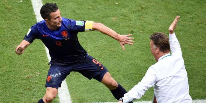 Robin van Persie tope avec Louis van Gaal, après son incroyable but de la tête, le 13 juin à Salvador, face à l'Espagne.