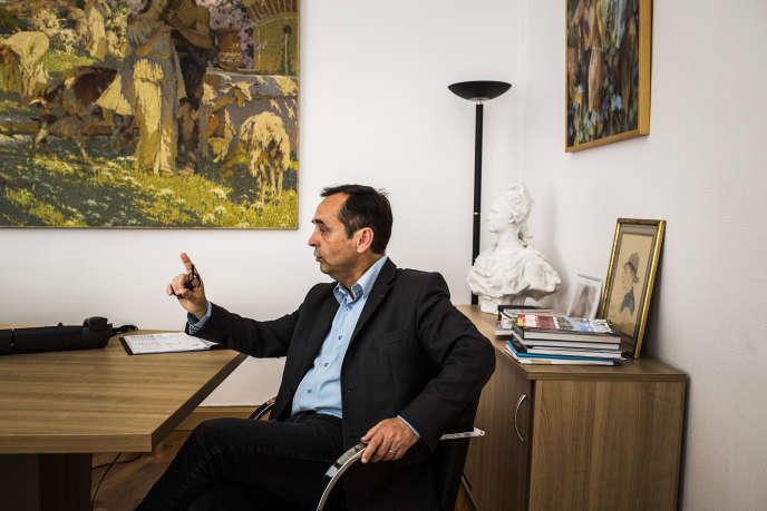 Robert Ménard, maire de Béziers, dans son bureau, le 11 juin.