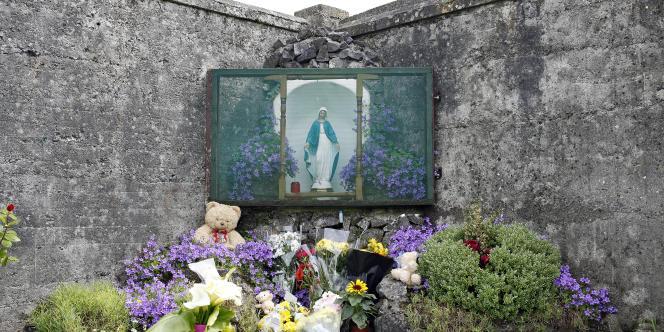 Le mémorial érigé à la place de la fosse commune de Tuam.