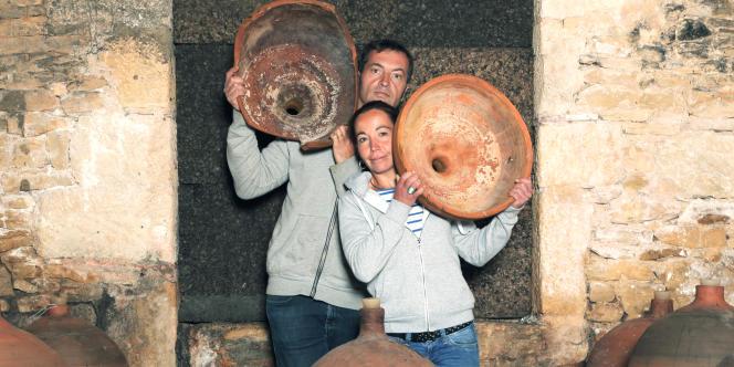Au domaine Le Clos d'un jour, Stéphane et Véronique Azemar vinifient un tiers de leurs cahors dans des jarres en terres cuite, comme au temps de la Rome antique.