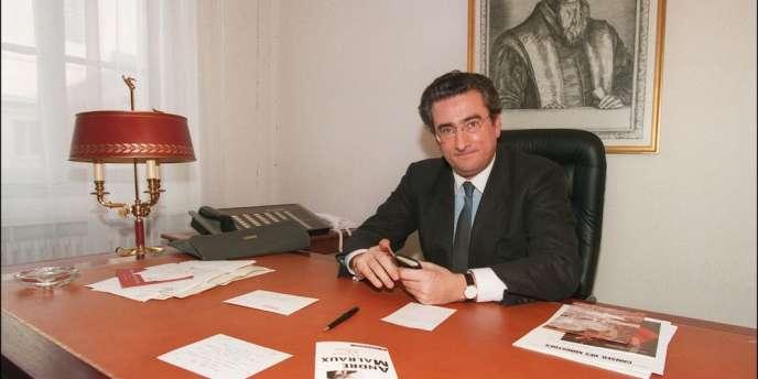 Connu pour ses portraits au vitriol de ses amis, cet ancien proche collaborateur de Jacques Chirac au RPR et à la mairie de Paris est mort d'un infarctus à l'âge de 65 ans.