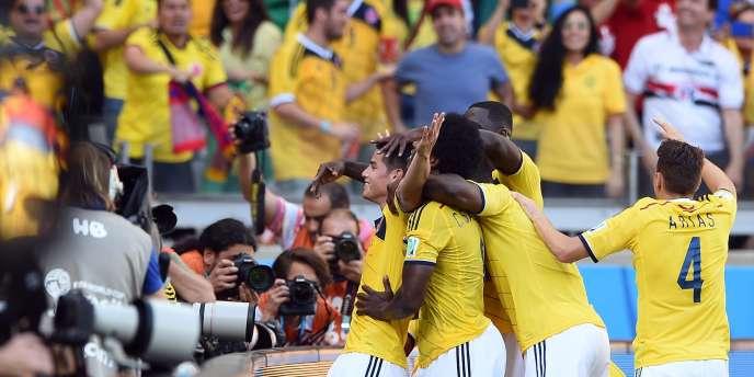 James Rodriguez célèbre son troisième but, qui conclut le large succès de la Colombie face à la Grèce, pour ce premier match du groupe C.