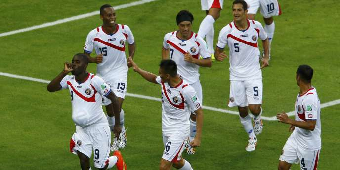 Costa Rica's Joel Campbell (9) celebrates with teammates after scoring a goal against Uruguay during their 2014 World Cup Group D soccer match at the Castelao arena in Fortaleza June 14, 2014. REUTERS/Mike Blake (BRAZIL - Tags: SOCCER SPORT WORLD CUP)