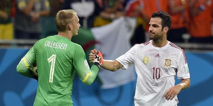 Le gardien néerlandais Jasper Cillessen serrant la main de son adversaire espagnol Cesc Fabregas, le 13 juin.