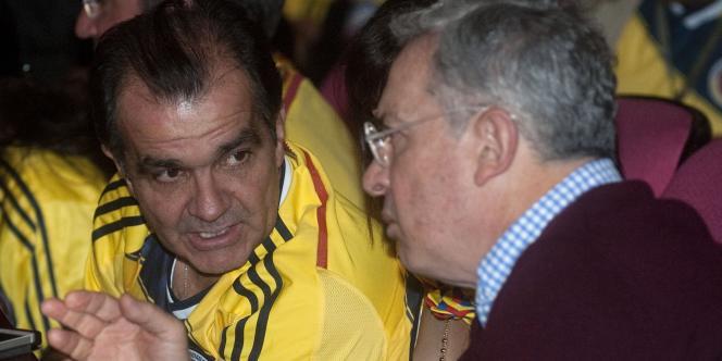 L'ex-ministre des finances Oscar Ivan Zuluaga, avec Alvaro Uribe dont il est le protégé, le 14 juin 2014, à Bogota, pour la retransmission du match Colombie-Grèce de la Coupe du monde de football.