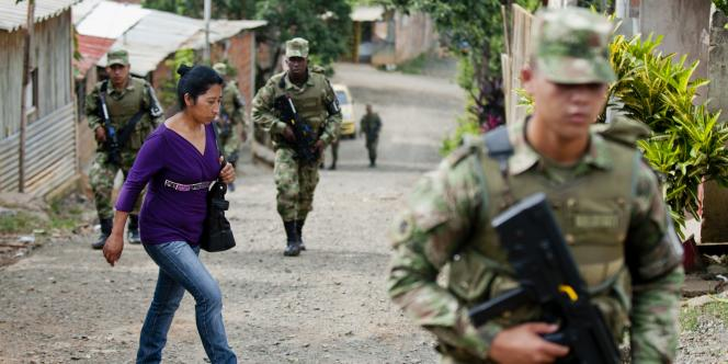 Des soldats colombiens patrouillent dans les rues de Cali, à la veille de la présidentielle en Colombie le 15 juin 2014..