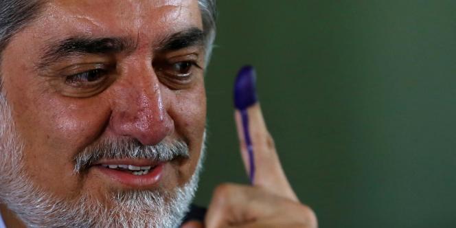 Le candidat présidentiel Abdullah Abdullah, après avoir voté, le 14 juin, à Kaboul.