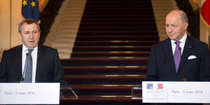 Andrii Dechtchitsa, aux côtés de son homologue français, Laurent Fabius, le 5 mars à Paris.