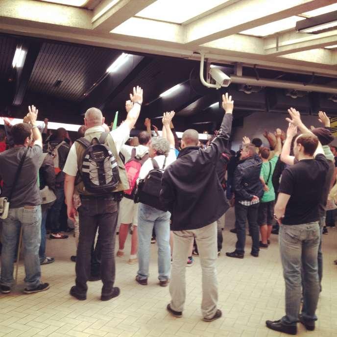 A Saint-Lazare, la reconduction de la grève a été votée lundi à main levée par 168 voix pour, zéro contre et cinq abstentions.