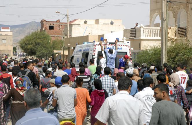 L'évacuation des policiers tués dans l'attentat contre la résidence du ministre de l'intérieur, le 28 mai à Kasserine.
