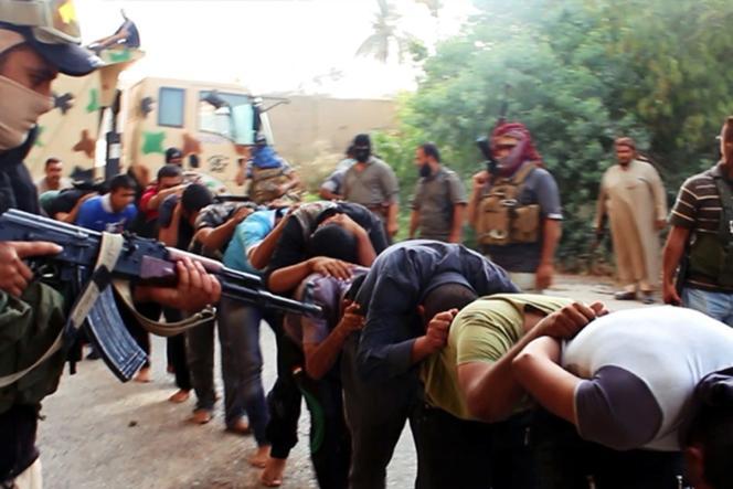 Image publiée le 14 juin sur un site djihadiste montrant la capture de membres des forces de l'ordre irakiennes par l'EIIL.