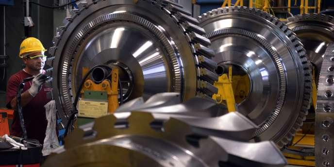Un employé d'une usine de turbines de Siemens à Berlin.