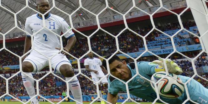 Noel Vallares tente de bloquer le ballon avant qu'il franchisse la ligne, le 15 juin à Porto Alegre.