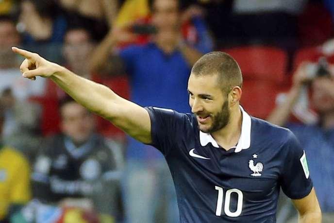 Karim Benzema célèbre le troisième but français, dimanche 15 juin à Porto Alegre.
