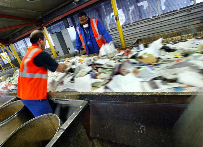 Vue de la salle de triage manuel de l'usine d'incinération des ordures ménagères de la ville de Strasbourg, où les ouvriers séparent les papiers et les cartons des matières plastiques, en 2002.