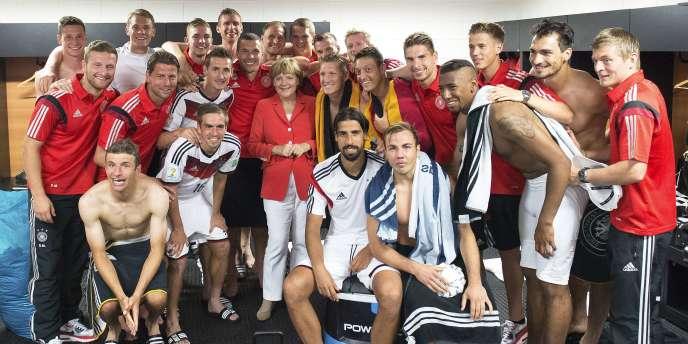 Angela Merkel dans les vestiaires après la victoire 4 - 0 de l'Allemagne contre le Portugal, le 16 juin.