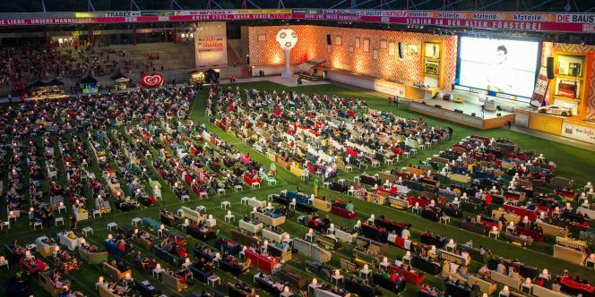 Des supporteurs allemands dans leur canapé, installés dans un stade à Berlin pour suivre le Mondial.