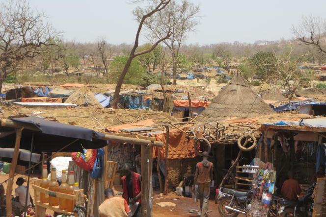 En 2011, le village traditionnel de Kharakhéna, au sud-est du Sénégal, comptait vingt-cinq maisons et moins de 200 habitants. En avril, ils sont 12 000 à chercher de l''or. Les maisons sont faites de paille et de bois.