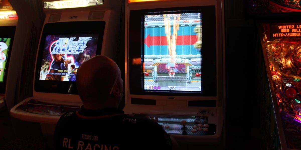 Chez Juan, collectionneur de bornes d'arcade.