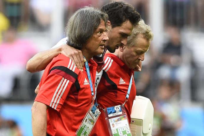 Le docteur Hans-Wilhelm Müller-Wohlfahrt (au premier plan) lors du match Allemagne-Portugal le 16 juin à Salvador de Bahia.