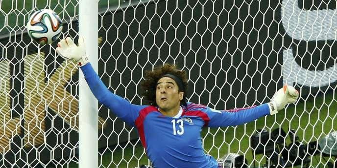 Guillermo Ochoa en plein vol face au Brésil, le 17 juin à Fortaleza, lors du deuxième match de poules du Mondial.