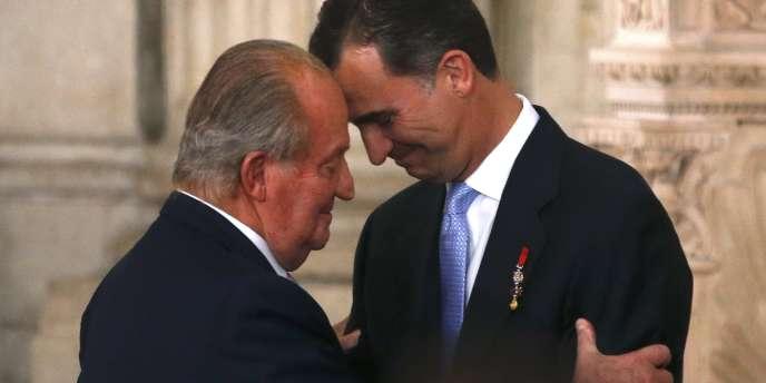 Le roi d'Espagne a passé le relais à son fils lors d'une cérémonie au Palais royal.