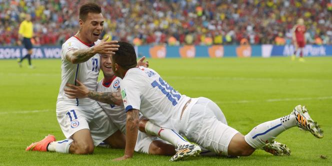 Vargas exulte, le Chili bat l'Espagne et se qualifie pour les huitièmes de finale.