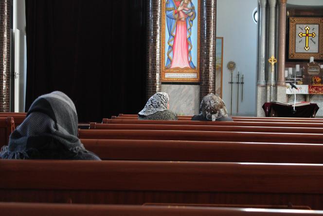 Tous les dimanches, la famille Asmar vient prier dans la plus grande église orthodoxe de Södertälje, véritable lieu de vie pour la communauté assyrienne.