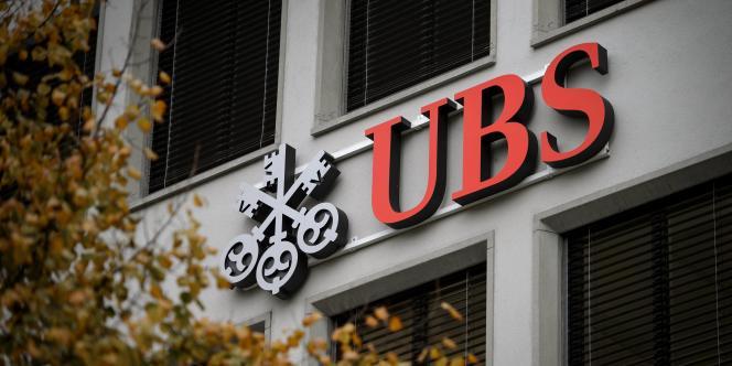 La banque suisse est soupçonnée d'avoir permis à ses commerciaux de démarcher de riches clients en France, en violation de la législation, pour qu'ils ouvrent des comptes non déclarés en Suisse.