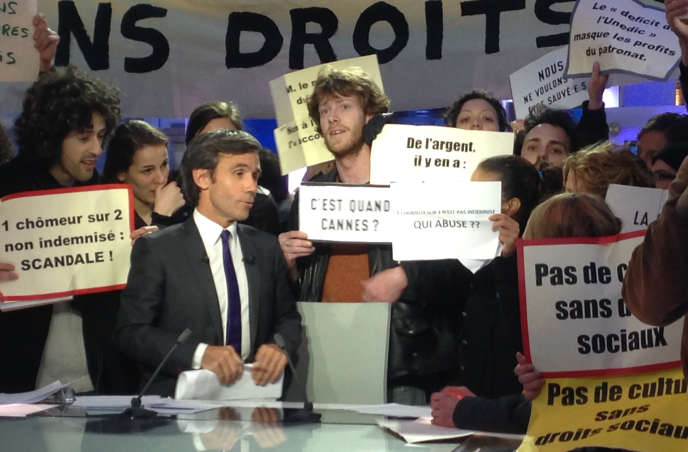 Des intermittents manifestent sur le plateau du «JT» de France2, le 8 avril.
