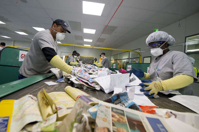 Le centre de tri du 15e arrondissement à Paris est capable de traiter 15 000 tonnes de déchets ménagers des bacs jaunes par an.