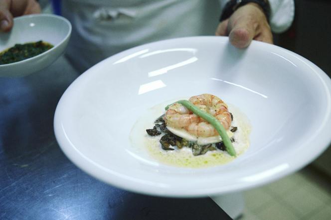 Thierry Mechinaud, chef de cuisine au restaurant de Pierre Gagnaire, prépare un plat à base de gambas.