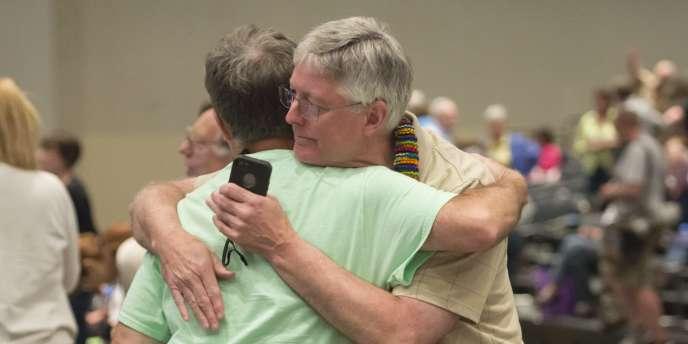 Deux presbytériens américains se congratulent après le vote de leur Eglise, le 19 juin.